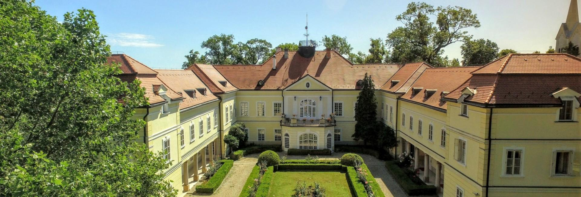 Castle Hotel Szidónia in Röjtökmuzsaj near lake Neusiedlersee